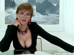 Be aroused by milf cleavage