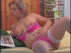 Sizzling mama Lauren pounds her ruined pussy with dildo