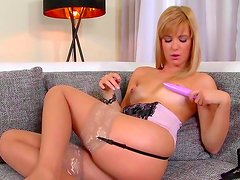Sexy blonde amazes with her show