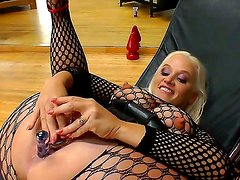 Blonde horny bitch Dee Siren in stockings enjoys inserting