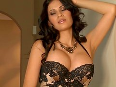 Steamy Latin babe drills her puffy slit with fingers