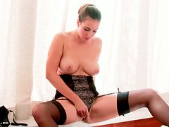 Curvaceous MILF Connie Carter fingers her wet snatch