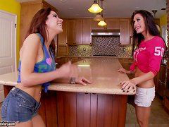 Alexa Nicole and Randi Wright are two pussy vegetarians