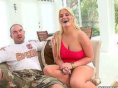 Big-assed hottie Julie Cash enjoys sucking a cock before taking it in her vag