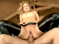 Famous booty of blonde sex queen Alexis Texas works on huge dick
