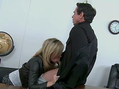 Kiara Diane blows the cock of the judge on the court