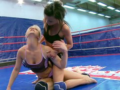 Blonde and brunette chicks fight each other on the boxing ring