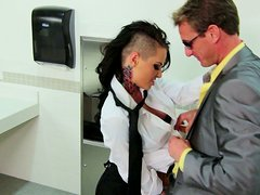 Camarera - A dude picks up Christy Mack who works as a waitress and fucks her in a WC