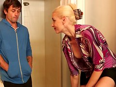 Madre e hijo - Horny blonde mom Darryl Hanah blows cock of her son's friend