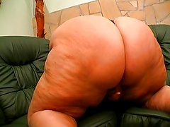 Fat babe shaved pussy for fingering