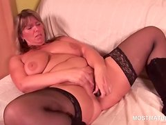 Blonde mature hottie using vibrator to please her twat