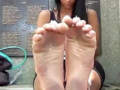 Teen Showing her Feet in The Street