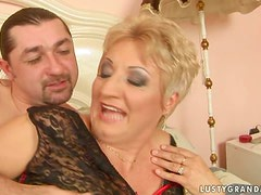 A short haired granny has her well gaped holes shagged