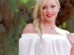 Scorching blonde Brea Bennett shows off her gorgeous body