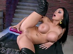 Aletta Ocean with gigantic jugs gives a closeup