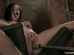 Nice Sindee Jennings has fun with fucking machine in a barn