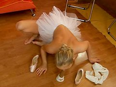 Perky ballerina masturbates in a changing room before the performance