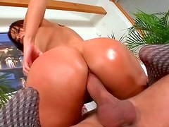Hot tramp with a bubble butt likes fucking on top