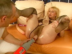 Lascivious blonde whore gets her pussy pounded by fucking machine