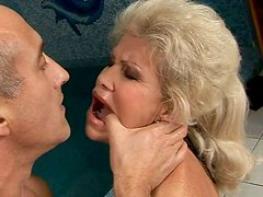 Sex-starved mature harlot rides the sybian machine like crazy