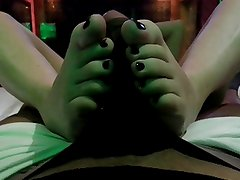 Her first footjob, mature white feet from spain !