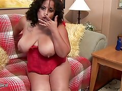 Big American mama loves to get herself arroused