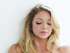Beauty blonde Jessie Andrews rubs her snatch