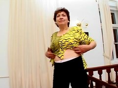 Mature slut Cathy satisfies herself with the help of a banana
