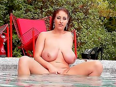 Big natural tits chic in the pool