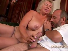 He lays the fat old lady in her sexy pussy