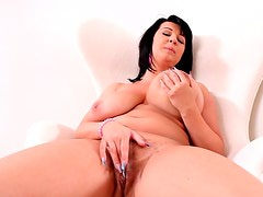 Big swinging tits on a curvy solo girl