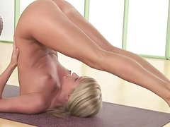 Sara Underwood Does Some Playful And Very Sexy Nude Yoga