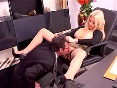 He goes down on his beautiful boss in office