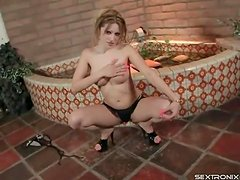 Striptease from hot body goddess ends in a blowjob