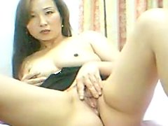 Slender Asian babe is playing with a snatch