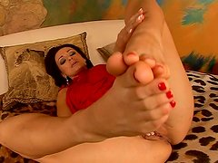 Neat Cameron Cruz shows her beautiful feet close-up