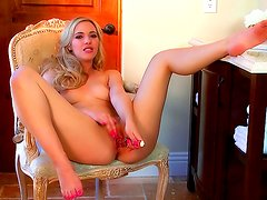 Superb blonde babe in nasty solo